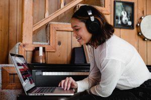 podcaster 可以善加利用製作 podcast 短片、自動化輸出、多連結頁面等工具,幫助推廣節目更省時省力,也能跟聽眾建立更多連結。